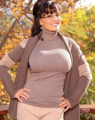 Hot brunette MILF Lisa Ann showing off her big tits.